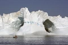 riesiger-Eisberg-und-Fischerboot